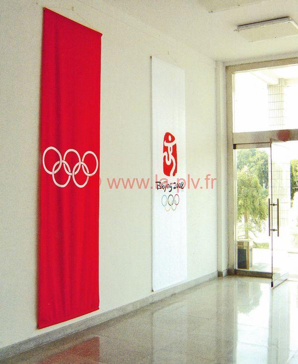 chevalet publicitaire : kakemono publicitaire suspendu à un mur dans un hall d'entrée