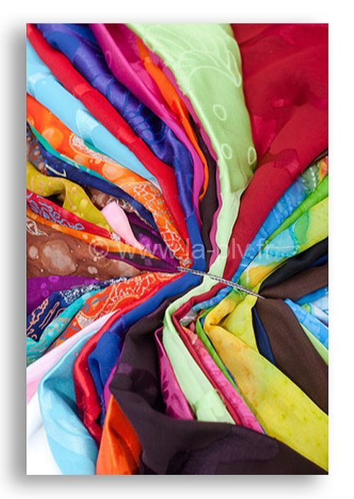 Paréo publicitaire de différentes couleurs et motifs