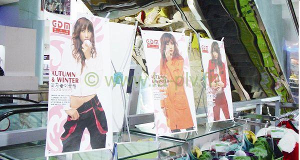 kakemono - petits modèles sur comptoir de magasin