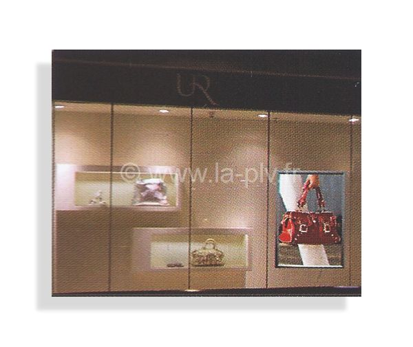 cadre lumineux led - affichage publicitaire dans une boutique de prêt à porter