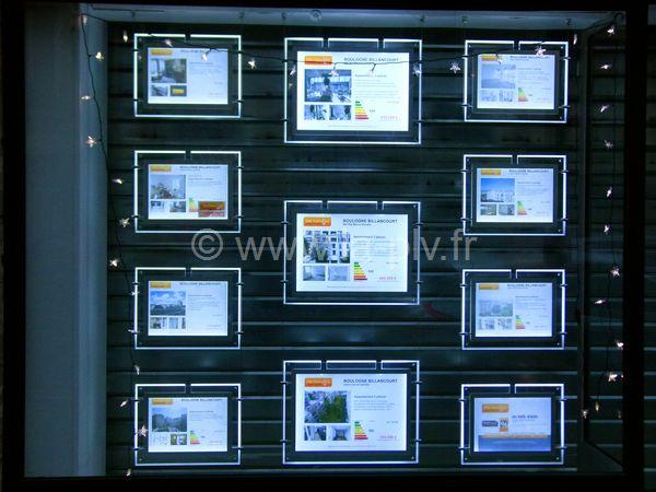 cadre led : ensemble de cadres lumineux dans une vitrine