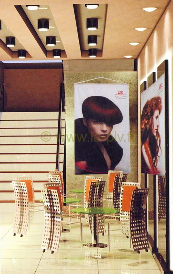 chevalet publicitaire : kakemono suspendu dans salon de coiffure