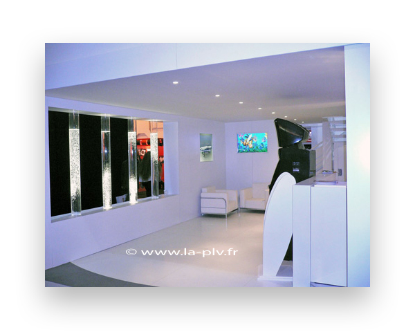 stand pour salon : stand pour une salon professionnel avec mobilier et colonne remplies d'eau et de bulles