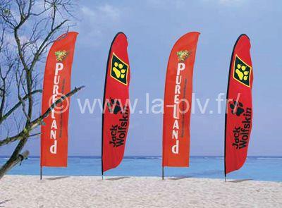 """drapeau - rangée de voiles publicitaires au bord d'une plage """"Beach Flag"""""""